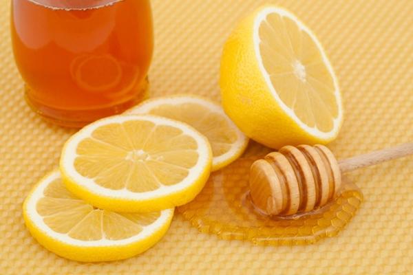 Trị thâm môi bằng mật ong và chanh
