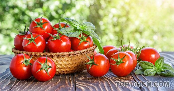 làm mịn da với cà chua