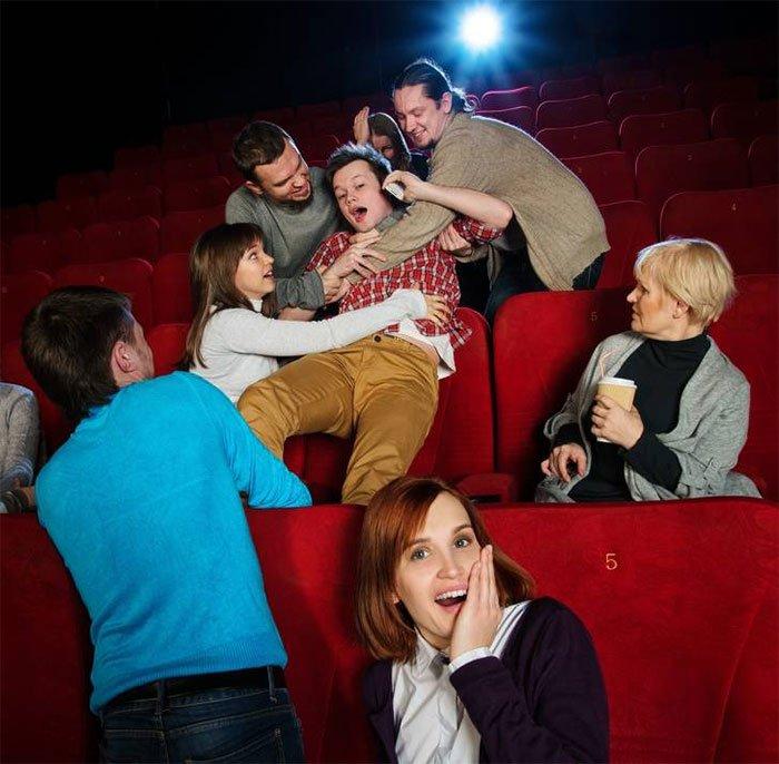 làm ồn trong rạp chiếu phim