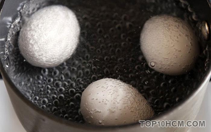 luộc trứng không bị nứt vỏ