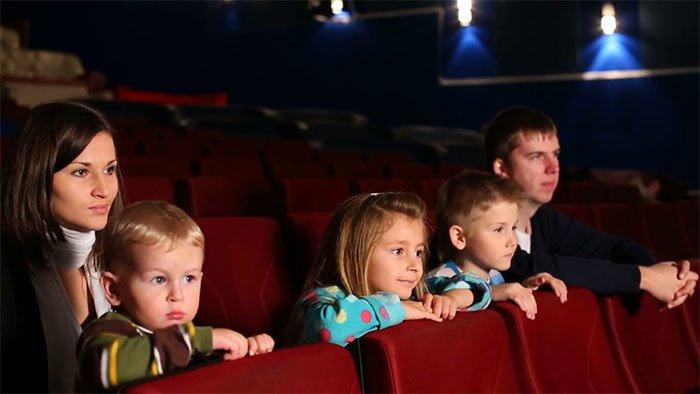 dẫn trẻ nhỏ đi xem phim - sự thật thú vị trong rạp chiếu phim
