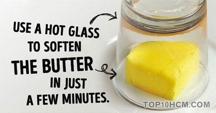làm mềm bơ bằng ly nóng