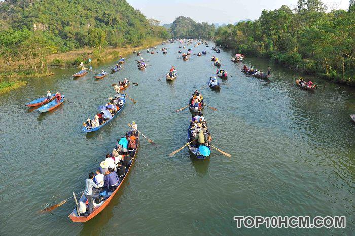 Du khách tham quan chùa Hương bằng phương tiện đò