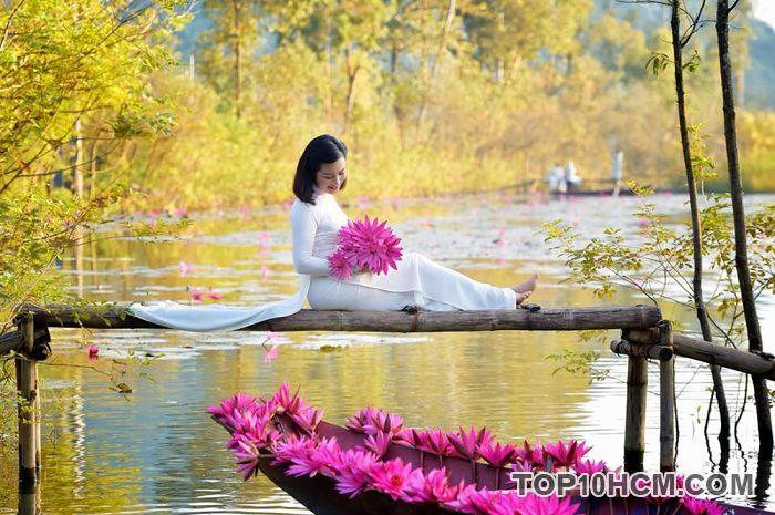 Chụp ảnh với hoa súng tại suối Yến – chùa Hương